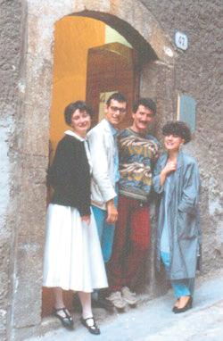 Artisti all'ingresso della sede dell'associazione