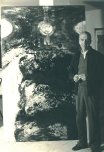 Il pittore Bernardino Marinucci davanti alla sua opera