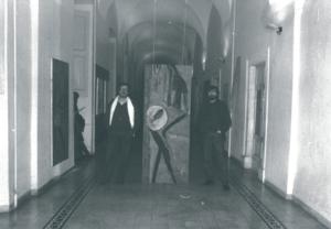 Il critico Antonio Gasbarrini e Enrico Sconci accanto all'opera di Armando Gioia