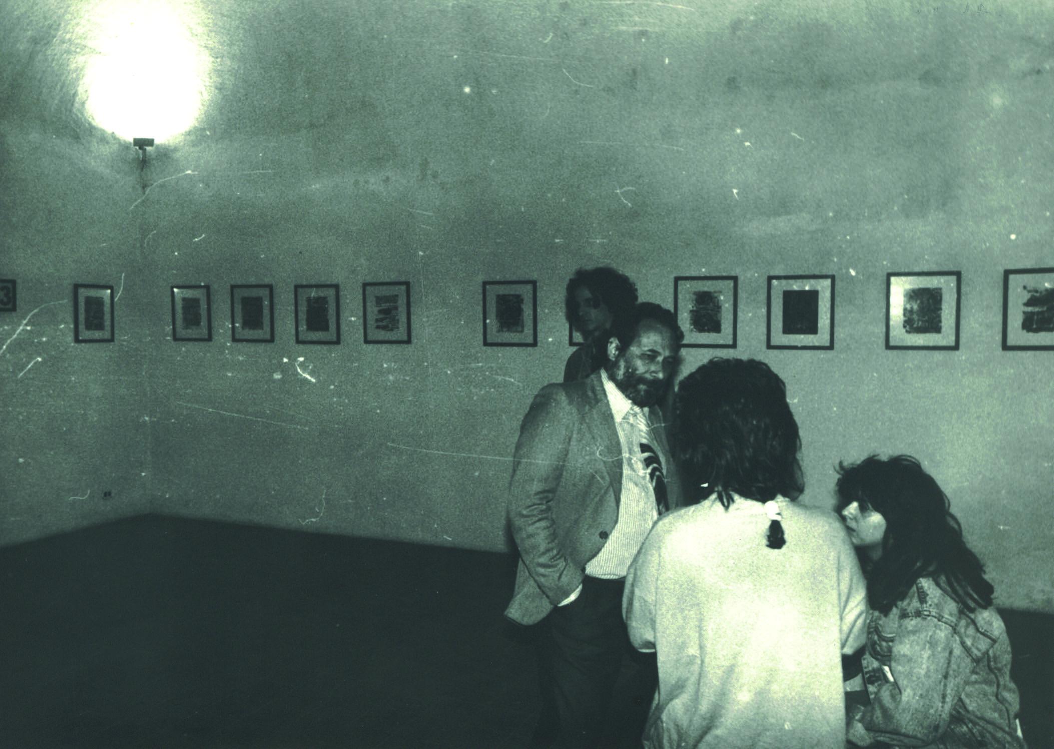 Tullio Catalano con gli studenti durante l'inaugurazione della mostra