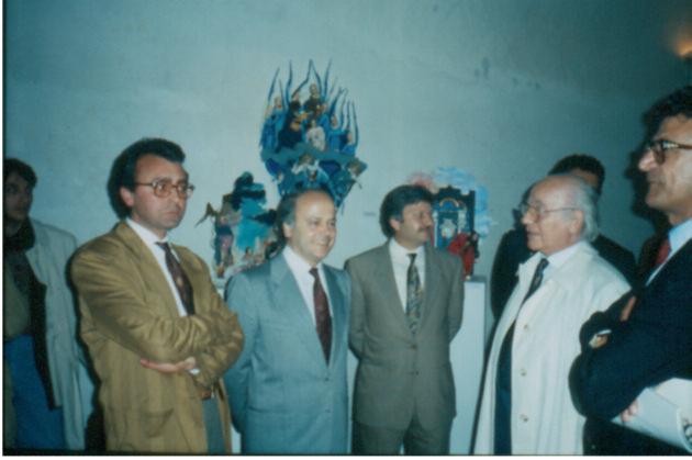Al centro della foto Lelio De Santis e l'On. Domenico Susi mentre inaugura la mostra