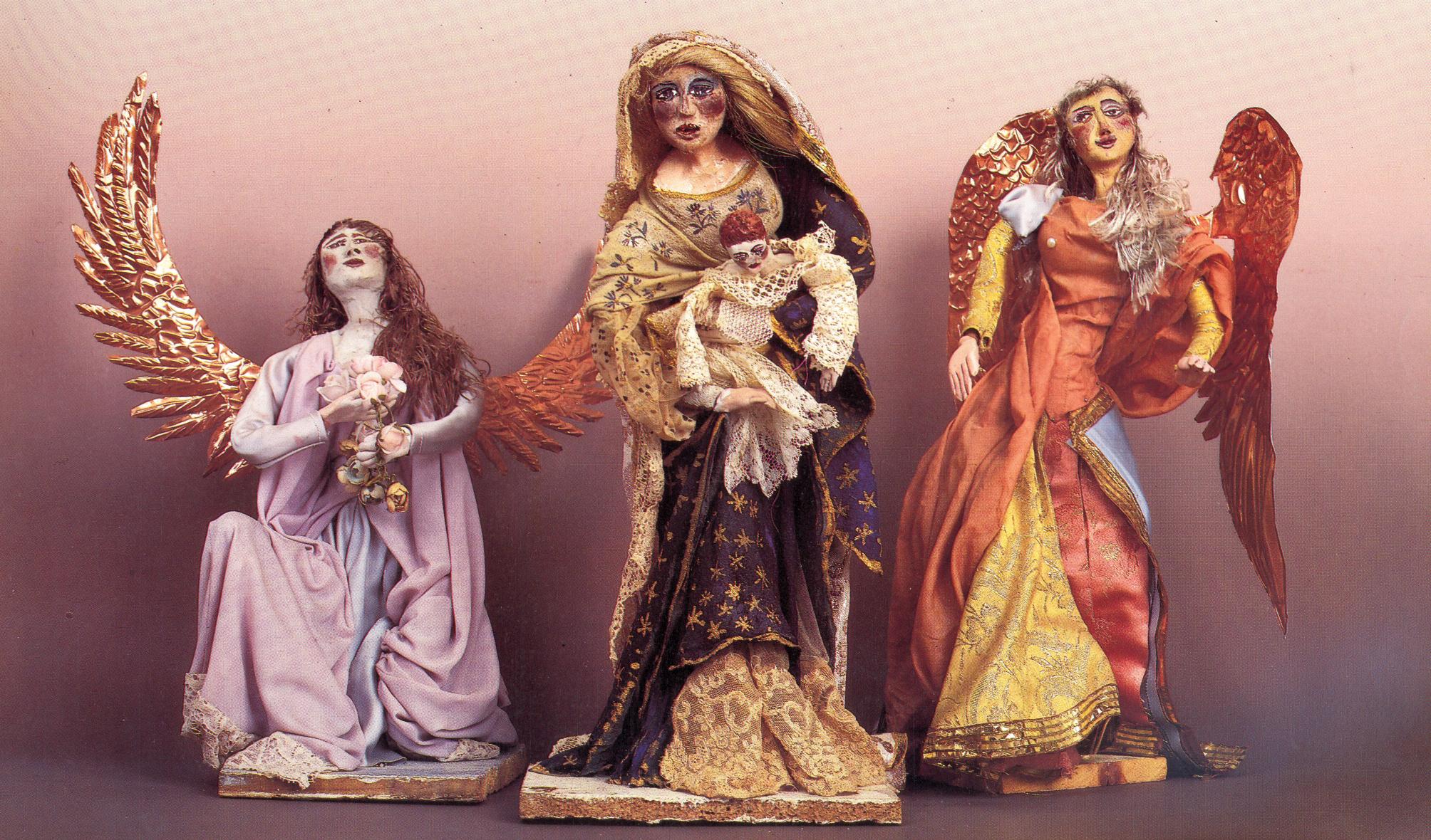 Madonna col bambino e angeli, 1980. Creta, gesso, stoffa, stoppa, rame, pizzo antico