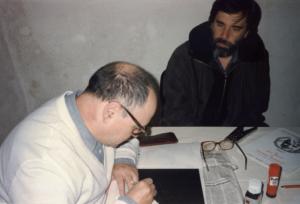 Silvano Bussotti mentre esegue un'incisione