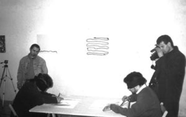 """Giovanni Di Stefano durante la conferenza e mentre coordina gli esperimenti di """"pittura cieca"""" con gli studenti dell'Accademia di Belle Arti dell'Aquila"""