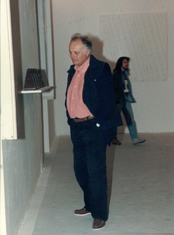"""Luciano Fabro dinanzi all'opera di Enrico Castellani """"Muro del Tempo"""" del 1968"""