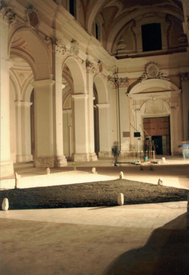 In primo piano: installazione di Sergio Nannicola. Sullo sfondo: installazione di Massimo Piunti