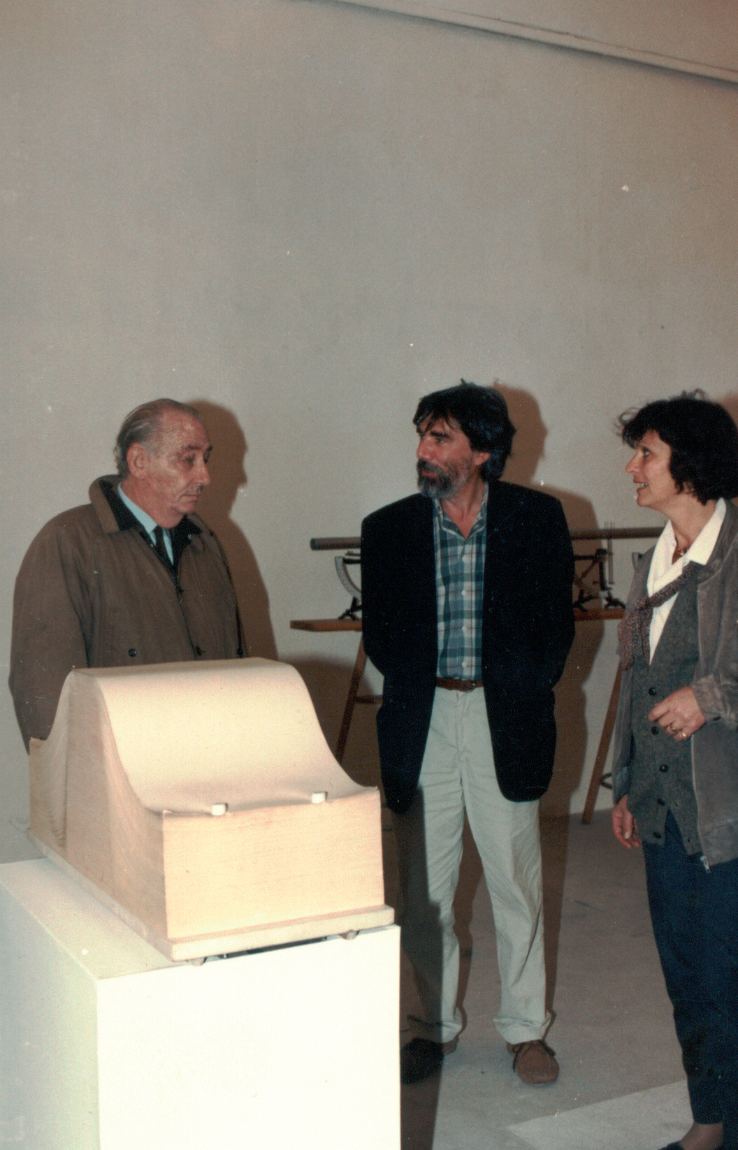 """Fabio Mauri ed Enrico Sconci davanti all'opera """"Libro bianco"""" di Enrico Castellani"""