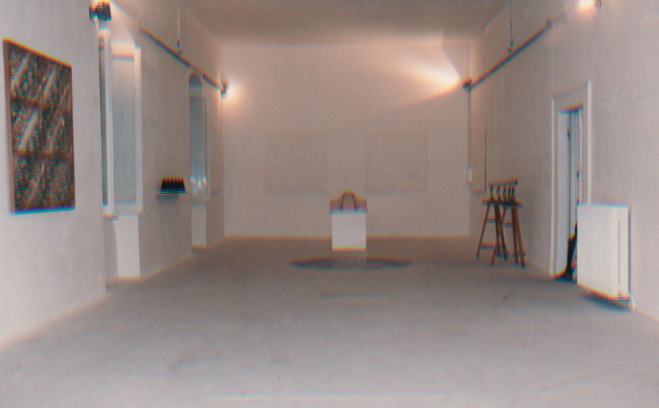Nella parete di sinistra un'opera di Carla Accardi e in fondo opere di Enrico Castellano