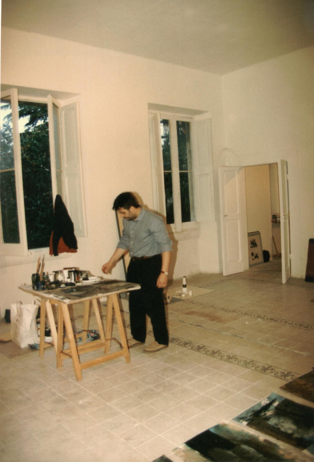 Luigi Pagano mentre allestisce la mostra