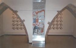 In primo piano opera di Gianluca Proietti, sullo sfondo installazione di Italo Carrarini