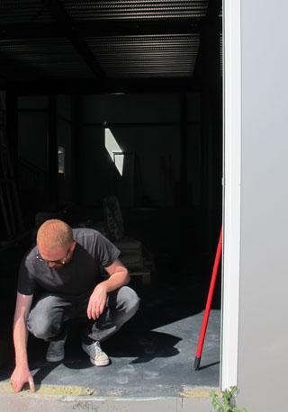 "Francesco Arena mentre installa l'opera ""Mattoni"", 2011"