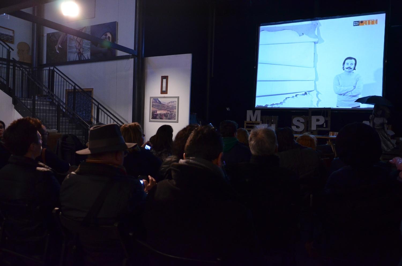Il pubblico assiste alle proiezioni dei video sulla storia dell'Accademia