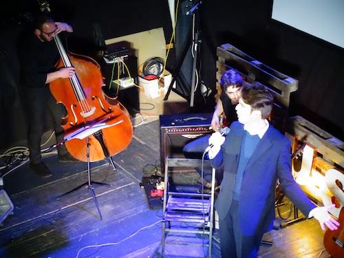 In primo piano il cantante Massimo D'Alfonso