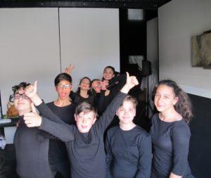 Fotografie degli studenti durante lo spettacolo