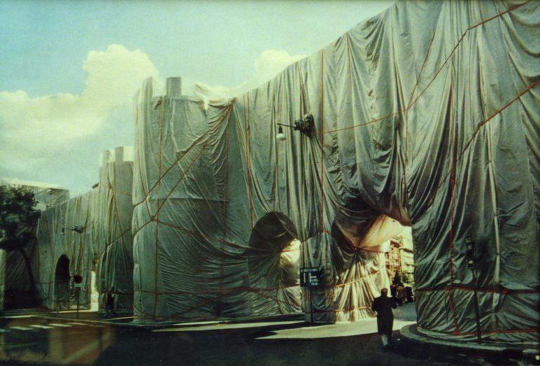 Christo_Impacchettamento di Porta Pinciana_installazione urbana_fotografia 50su150_50x70cm_1973_hi