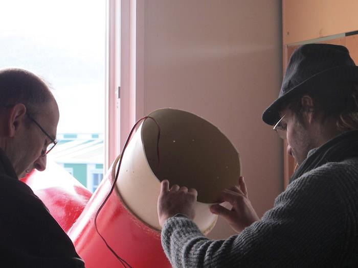 Simone Pappalardo allestisce la sua scultura sonora